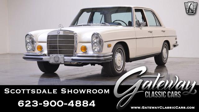 1972 Mercedes-Benz 280SE<br><span style='font-size: large; font-style: italic'><b>  </b></span>